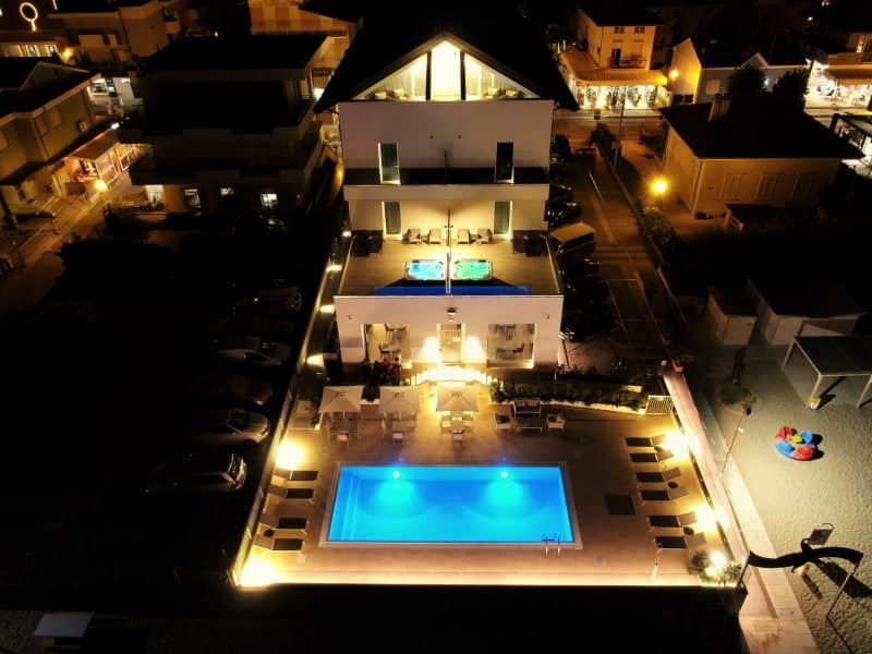 Esterno hotel in notturna